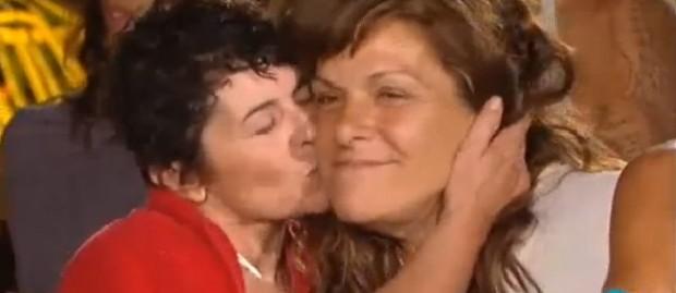 Maricarmen (besando) y María José, con sonrisa picarona, ay omá.