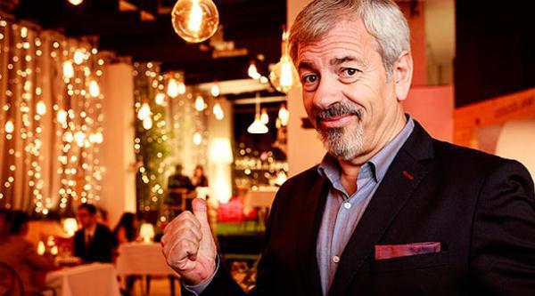"""Carlos Sobera, en el restaurante que lleva al extremo la placa de """"Zona videovigilada"""""""