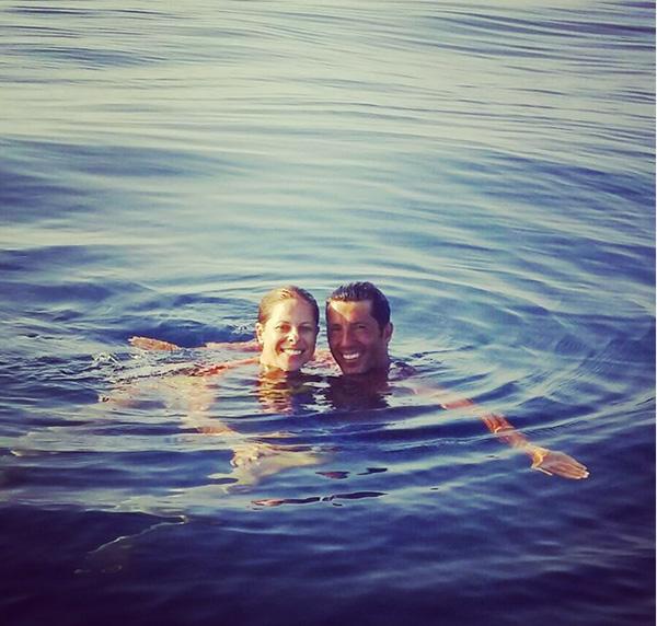 Chapoteando en el mar con su marido, Francis Viñolo. @pastora_soler