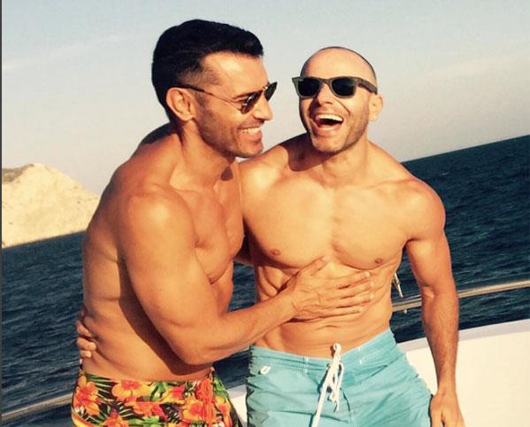 Jesús Vázquez y su marido, Roberto, este verano. Foto: IG @jvazquezoficial