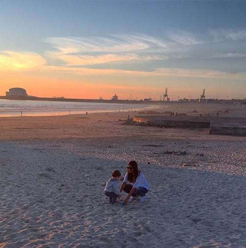 Sara en la playa de Oporto con su hijito. Foto: Instagram @ikercasillasoficial
