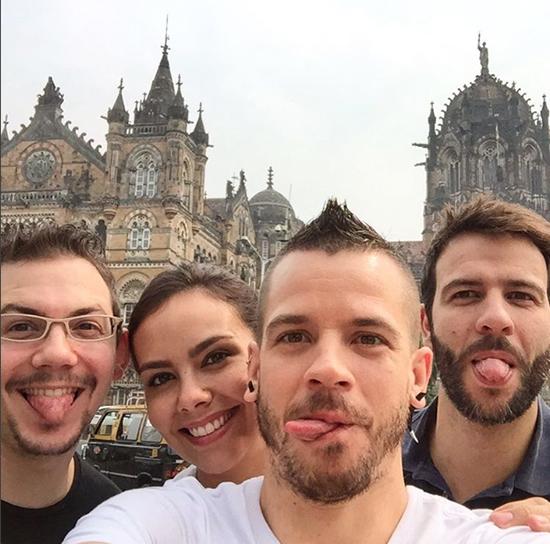 Cristina Pedroche, David Muñoz (su futuro marido) y dos amigos, ayer, en Bombai. Foto: IG @dabizdiverxo