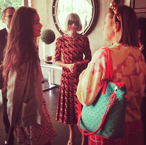 Anna Wintour, en el Museo del Traje, junto a Ágatha Ruiz de la Prada y su hija Cósima. Foto: IG @cosimaramirez