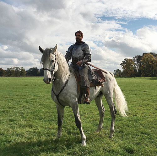Joshua Sasse, el novio de Kylie Minogue, a caballo. Foto: IG @Joshua Sasse