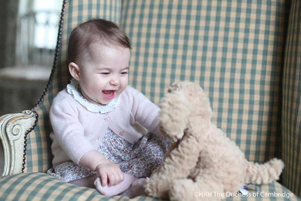 La princesa Carlota, divirtiéndose con un muñeco de peluche
