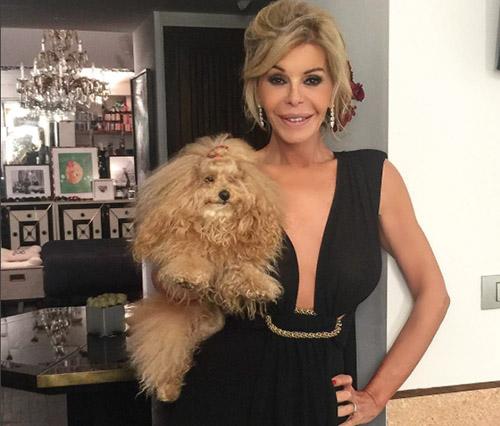 Bibiana Fernández con su perrita. IG @thedevilisawoman