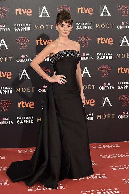 Penélope Cruz, bellísima con un modelo de Atelier Versace
