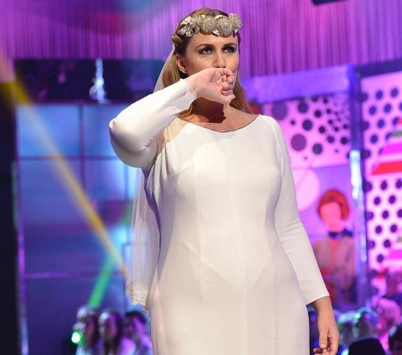 La gallega le envió un giño a su marido, el cámara de televisión Carlos de la Maza, cuando beso su alianza, durante la Sálvame Fashion Week, el pasado mayo