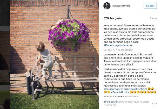 Martín , el hijo mayor, haciendo travesuras en el jardín de la casa de Sara e Íker