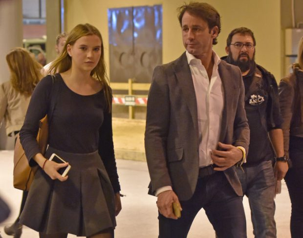 """El jinete Álvaro Muños Escassi con su hija Anna Barrachina durante el """" CSI3 : Madrid Horse Week """" 2015. Madrid 28/11/2015"""