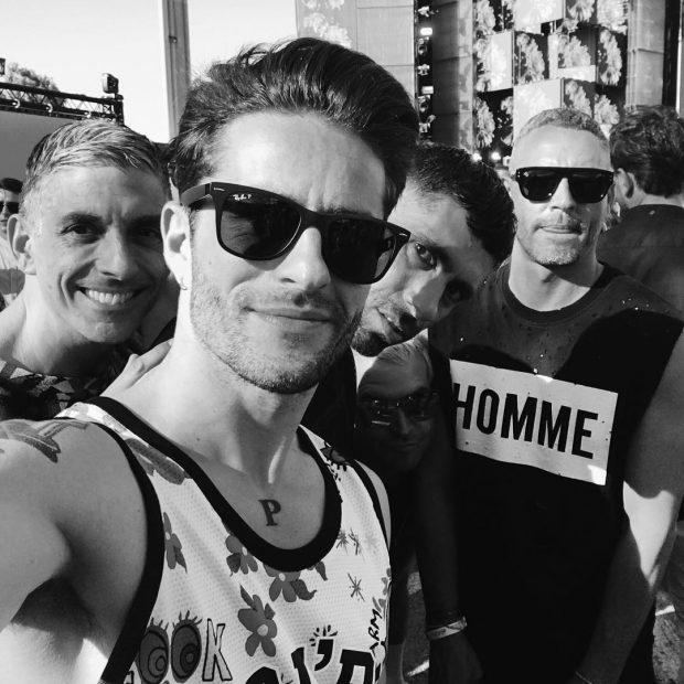 Pelayo en primer plano y Sebastian con la camiseta de su propia marca que lleva el logo de Homme