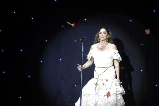 Isabel Pantoja durante un concierto con motivo de la presentación de su disco 'Hasta que se apague el sol' en Aranjuez