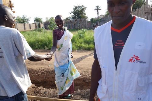 Madeleine, una vez recuperada, se despide del personal del CTC. © Donal Gorman/MSF.