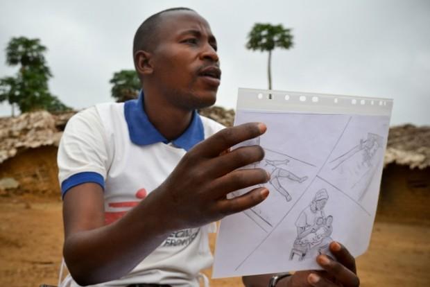 Daniel explica cómo se manifiesta la malaria en un niño. © Sandra Smiley/MSF