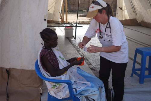 Madeleine y la doctora Catherine Deacon en el área de recuperación del Centro de Tratamiento de Cólera de MSF en Munuki, Juba, Sudán del Sur.  © Donal Gorman/MSF.