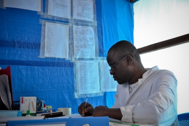 Mwinyi, el supervisor de enfermería del ambulatorio termina su papeleo. En un día corriente, más de la mitad de los pacientes a quienes atenderá tiene la malaria. © Sandra Smiley/MSF