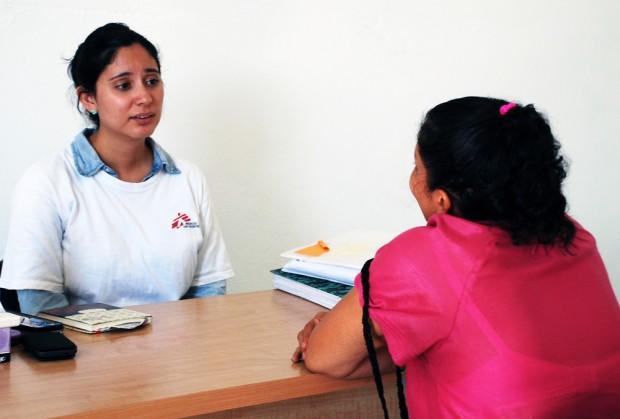 Consulta psicológica realizada por MSF en Colonia Jardín/ MSF