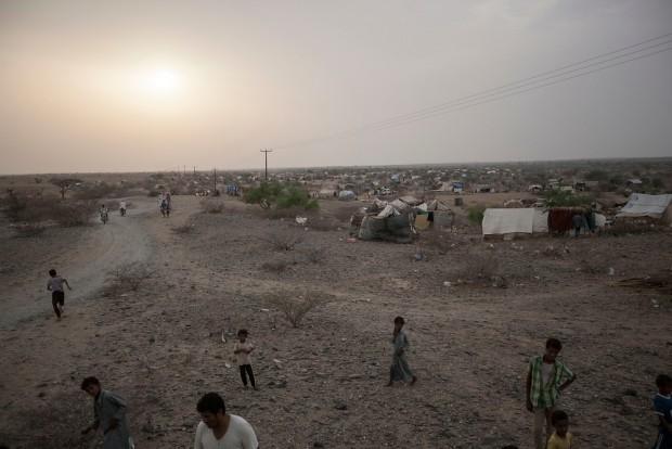 : Desplazados en el asentamiento temporal de Al Manjoorah. Sus habitantes proceden de la provincia de Sa'bah y de la ciudad fronteriza de Haradh de las que tuvieron que huir a causa de los combates y bombardeos. Fotografía: Narciso Contreras/MSF