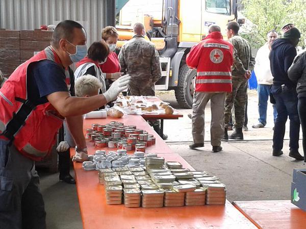 Distribución de alimentos en el centro de refugiados de Opatovac