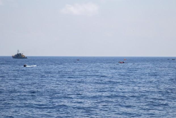El escenario de la zozobra y el hundimiento de un barco de refugiados visto desde la cubierta del Dignity I, el barco de rescate de MSF que responde a la emergencia.