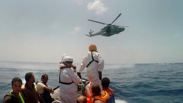 Tripulación del Dignity I, el barco de salvamento de MSF, rescatan a supervivientes del naufragio del pasado 5 de agosto donde más de 200 personas podrían haber perdido la vida. Foto Marta Soszynska/MSF.