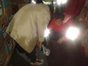 Voluntarios distribuyendp calzado en Opatovac.
