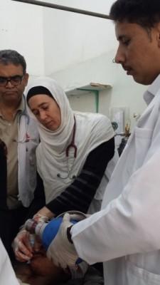 La doctora Mariela Carrara atendiendo a un paciente de urgencias en Saada (Yemen).