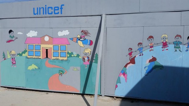 Crisis de Siria: un muro de esperanza protege a una escuela de los francotiradores