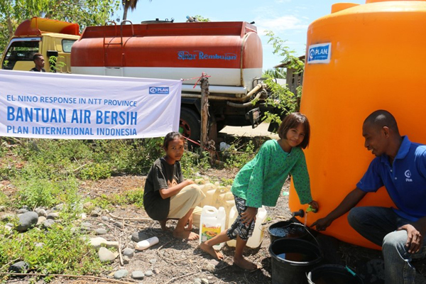 Las familias reciben agua potable de tanques instalados por Plan International