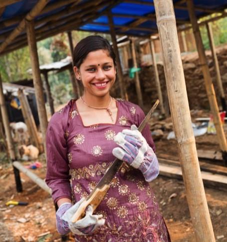 Shrijana posa frente a un edificio en obras, de cuya recontrucción es responsable.