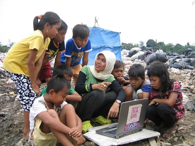 Niños y niñas de la calle participan en un taller de Plan International en Jakarta
