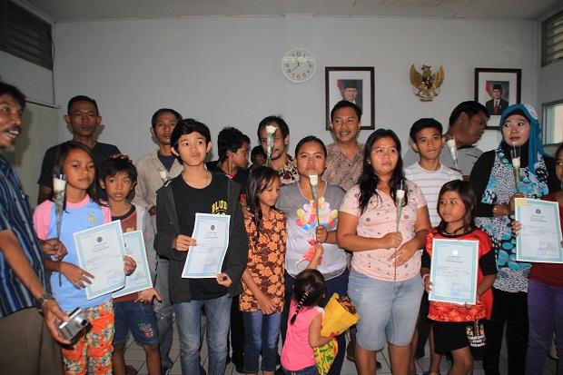 Niños y niñas reciben un certificado de nacimiento con el apoyo de Plan International.