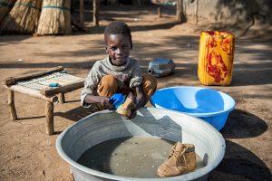 ©UNICEF/UNI203955/Everett. Sabri, 5 años, Magwi, desde el exterior de la casa que alquila su madre en Torit, Sudán del Sur.