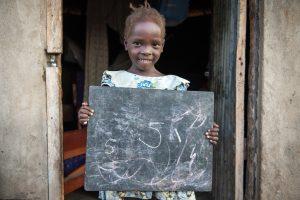 ©UNICEF/UNI203956/Everett. Susan Andua, 5 años, en el exterior de la casa de su madre Florence en Nimule, Sudán del Sur.