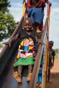 ©UNICEF/UNI203958/Everett. Election Lowata, 5 años, viene del pueblo de Lomolo, en un centro de tránsito en Adjumani, Uganda.