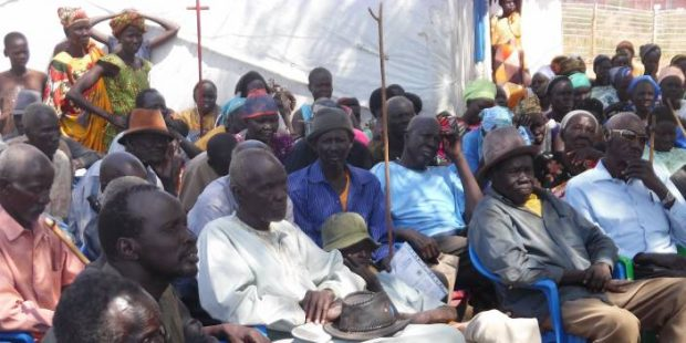 Personas mayores reunidas para una charla en el campo de refugiados de Numanzi.