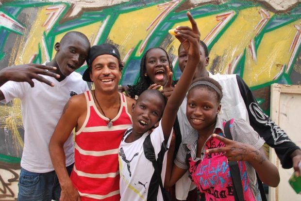El rapero Timbuktu con algunos de los chicos y chicas que acuden al estudio impulsado por Plan International en Senegal