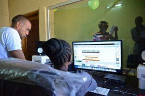 Los jóvenes que participan en el estudio aprenden a desenvolverse para poder producir su propia música