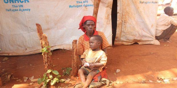 Fredericka y su hijo Nkhunzimana © Henry Muzunda/HelpAge International