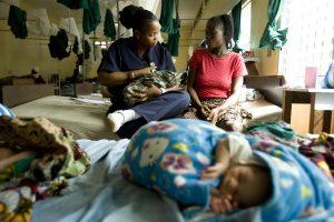 © UNICEF/UNI125875/Asselin Tengbeh Dukuly, supervisora de sala en el Hospital Público Redemption de Monrovia, Liberia, enseña a Patience Karkuah cómo sostener y amamantar correctamente a su hija recién nacida.