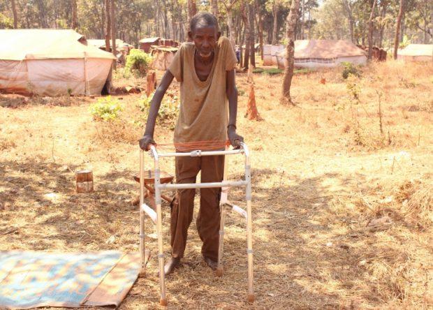 Ntmakuliko Andrea apoyándose en un andador en el campo de refugiados burundeses en Tanzania © Henry Muzunda/HelpAge International