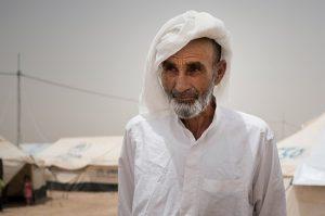 """© UNICEF/UN025325/Mackenzie Ali*, de 75 años, llegó al campamento después de caminar durante dos días para escapar del conflicto de su pueblo. Anduvo junto a otros cientos de habitantes de su pueblo. Su grupo se vio atrapado en el conflicto y dos personas resultaron heridas de bala. Los militantes abdujeron a su hijo después de tomar el control del pueblo hace dos años. """"No sabemos qué fue de él"""", dice. """"No hemos vuelto a saber nada""""."""
