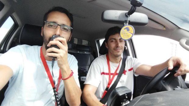 El compañero de Cruz Roja Málaga, Jamal Elkadib (a la izquierda), informando por megafonía de la campaña de vacunación en el campamento de refugiados de Skaramagas.
