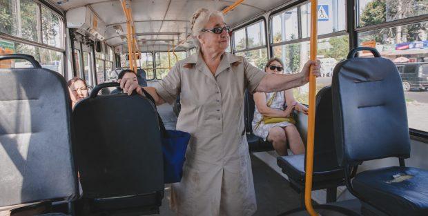Vera, de Kirguistán, piensa que muchas veces el conductor del autobús se niega a parar en las estaciones porque los mayores pagan solamente la mitad del abono normal © Malik Alymkulov/HelpAge International