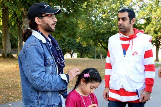 MSF también da asistencia psicológica individual y social a los refugiados en Suecia. En este caso, nuestro mediador cultural habla con Khaldoun Ali Ali y su hija, dos palestinos que tuvieron que huir de Damasco, Siria. Karin Ekholm/MSF.