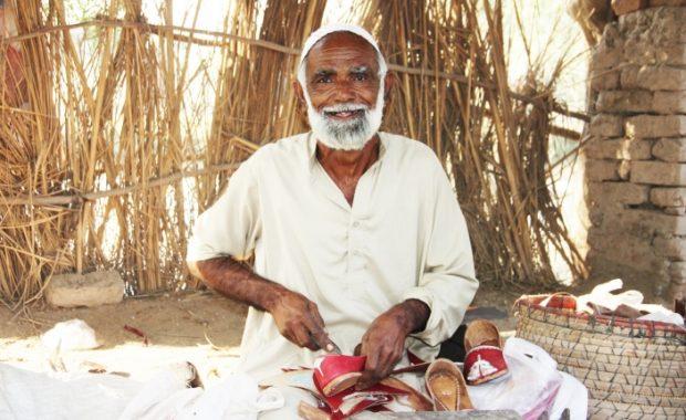 Las inundaciones producidas en 2014 en Pakistán han afectado profundamente la labor de Abdul –la fabricación de zapatos khussa, su principal medio de sustento.