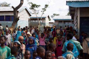 Niños frente a espacios de aprendizaje construidos por UNICEF y sus aliados en asentamientos de refugiados en las regiones Este y Adamawa de Camerún. Foto: UNICEF/A.Brecher