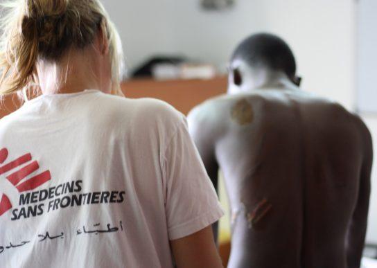 La doctora Erna Rijnierse trata las secuelas de la violencia de Anon a bordo del Aquarius. Fotografía: Alva White/MSF.
