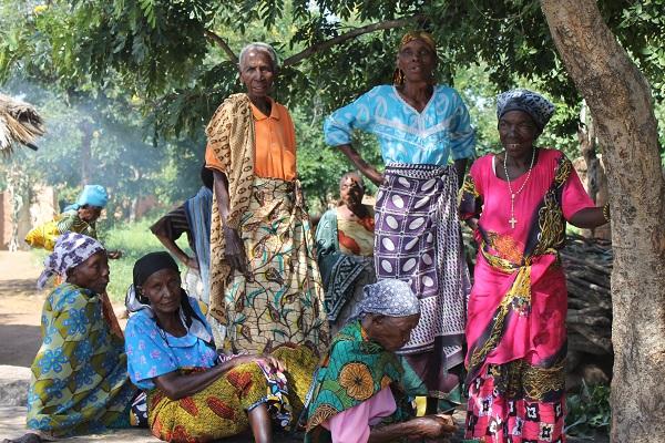 Un grupo de personas mayores en el centro de mayores de Sumaka, Tanzania © Lianne Murphy