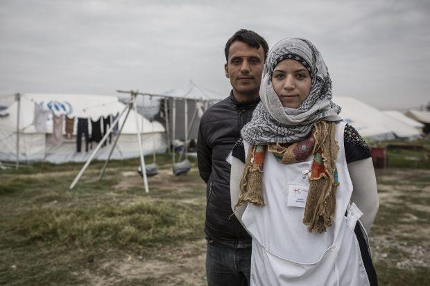 Amina Sulimán y Klaled Al Khedur, voluntarios y refugiados en el campamento de Nea Kavala, Grecia.